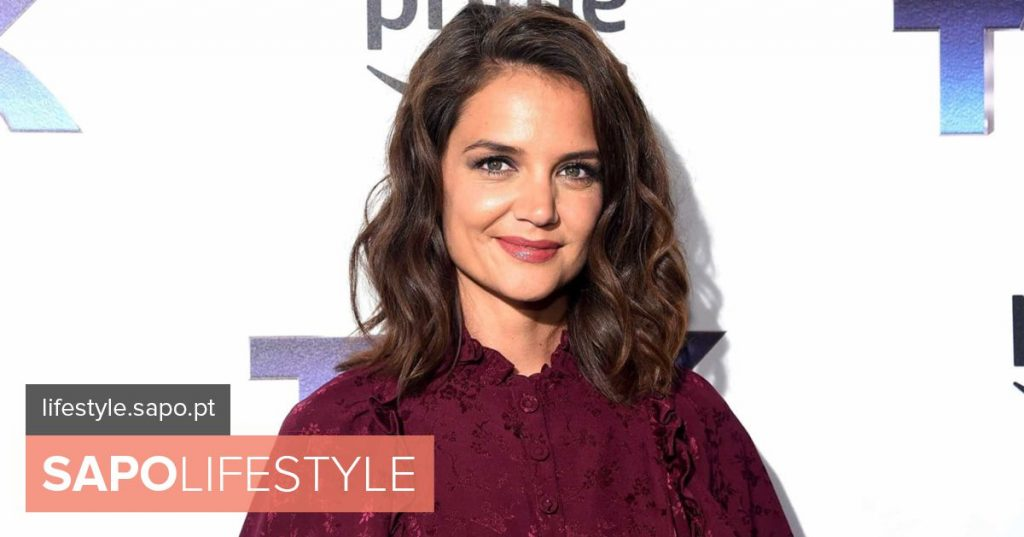 Katie Holmes with daughter in refugee camp in Greece - News