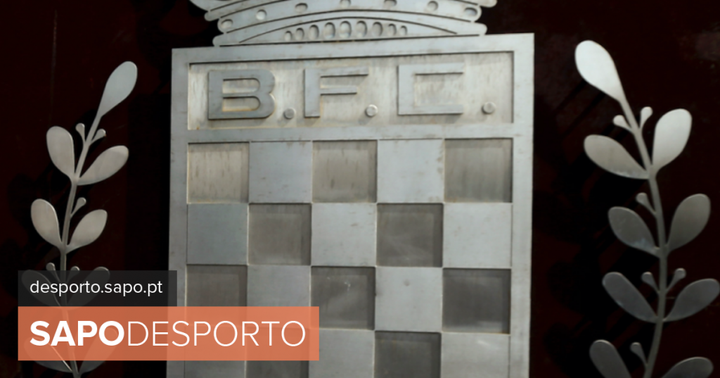 Boavista fans watched the game in front of the League headquarters as protest - Football