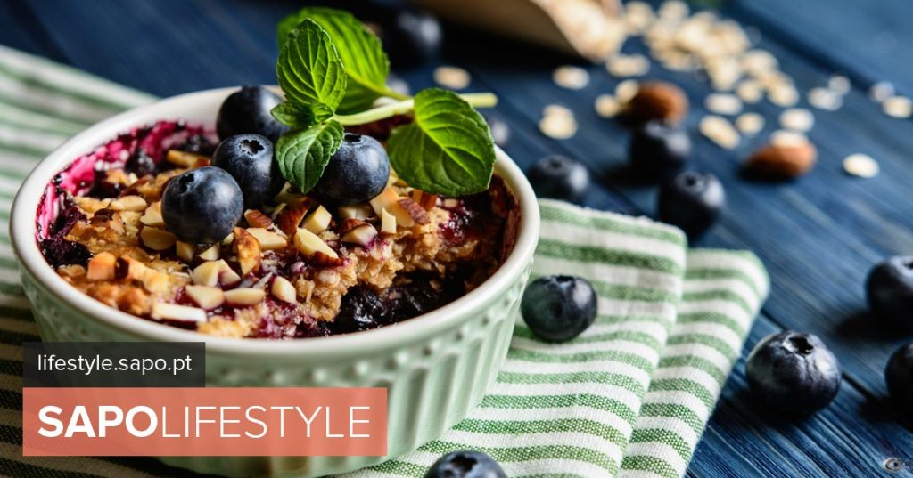 Crumble of wild fruits with oats and quinoa