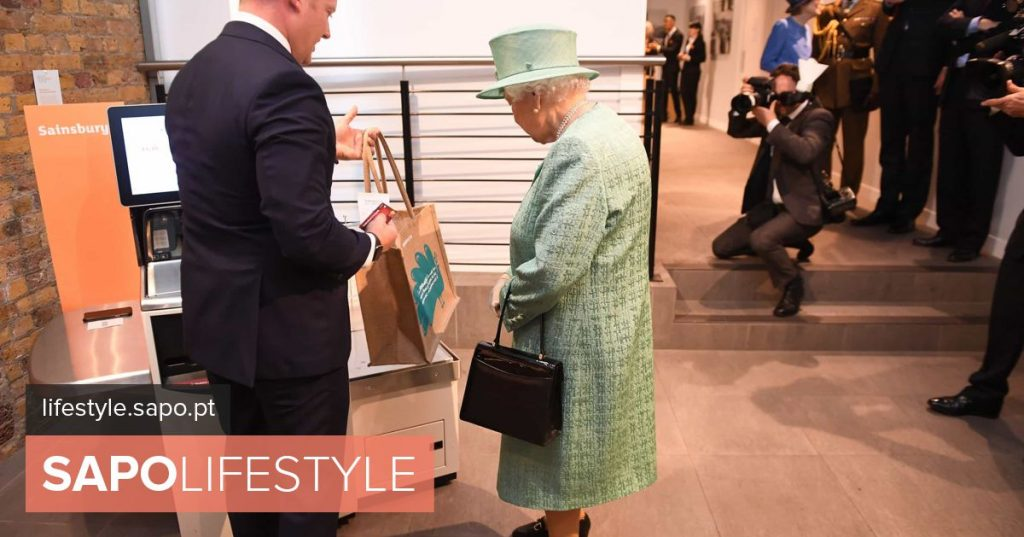 The queen went to the supermarket. Isabel II between fruits and sausages