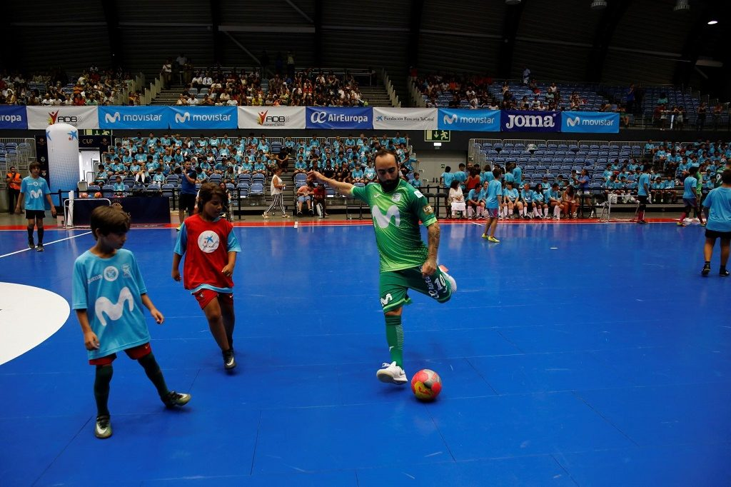 Futsal stars interact with children and youth at Gira Movistar MegaCracks - Jornal diariOnline Southern Region