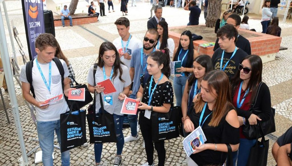 Secretary of State receives new students from UAlg - Jornal diariOnline Southern Region
