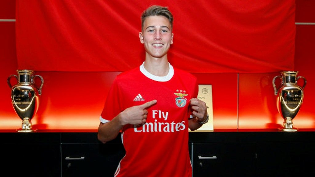 Young Algarve Rodrigo Matos signs professional contract with Benfica